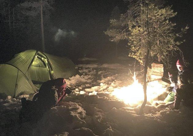 JANUAR: Starten! Første overnatting for Kjersti og Solveig ble rett ved hjemmet i Stangvik januar 2018. Det ble ei kald natt, med minus ti grader da det våknet. Men de hadde sovet godt, blant annet med varmeflaske i soveposen. Alle Foto: Privat/Instagram