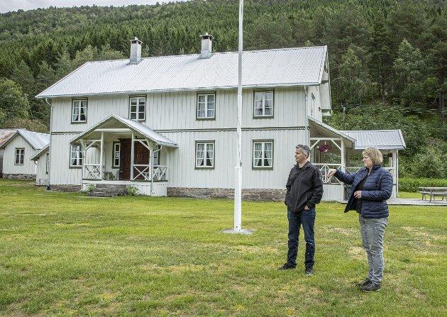 Historisk: Ragnhild Nisja viser museumsleder ved Leikvin, Jarle Stavik, rundt om på Nyheim. Her er det mye historie å ta vare på.