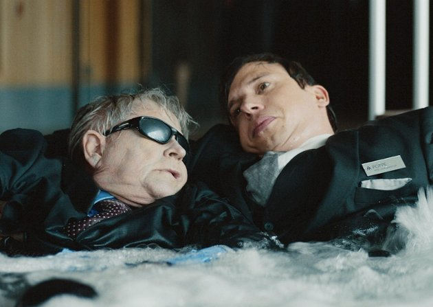 Gustav Blom (spilt av Nils Vogt) og Poppe (Herbert Nordrum) i spaavdelingens boblebad i 2020-utgaven av «Fjols til Fjells».