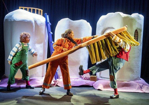Karius (Emmelin Marsteen) og Baktus (Hermine Svortevik Oen) blir jaget ut av munnen til Jens av tannbørsten (Mathilde Orlien). Det er fint gjennomført av de unge skuespillerne på Ole Bull Scene.