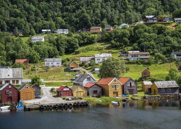 – Vi fotograferer den eine plassen finare enn den andre, og motiva vi deler er så vakre at ord ikkje strekk til. Bileta er ei påminning om at vi kan bu akkurat der vi drøymer om å bu, fordi det er jobb å få, skriv Siren Sundland. Biletet er frå Mjøsvågen på Osterøy. FOTO: EIRIK HAGESÆTER