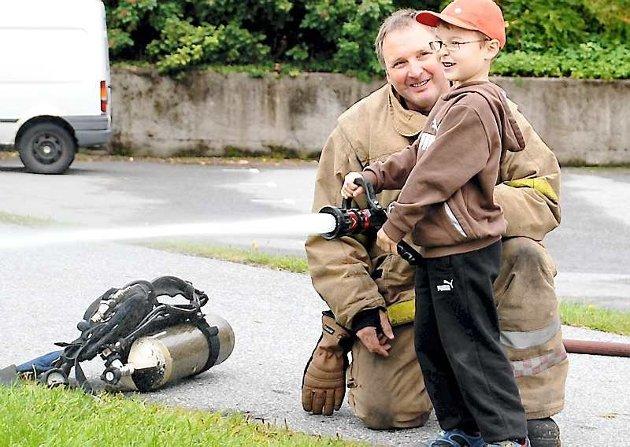 TA EIN PRAT: Dei yngre må gjerne ta ein prat med dei eldre om branntryggleik, oppmodar Geir Sagevik i brannførebyggjande avdeling i Kinn kommune. Her eit arkivfoto frå nokre år tilbake.