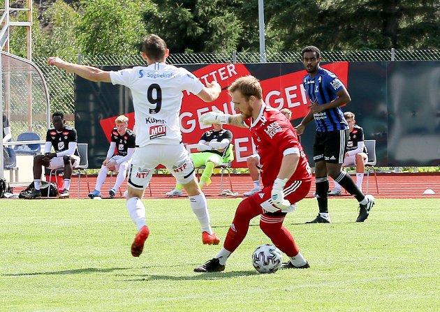 Eit av høgdepunkta i kampen, sett med Florø-auge, kom på stillinga 0-0, då keeper Raniowski finta Endre Kupen ut i pølsekøen. Daniel Hamde ser på med skrekk i blikket, men det gjekk bra. Denne gongen.