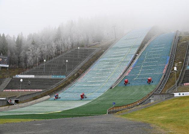 KORONA: Snøen har ikke ankommet hoppbakken, det bør dessverre heller mengder med internasjonale utøvere gjøre.