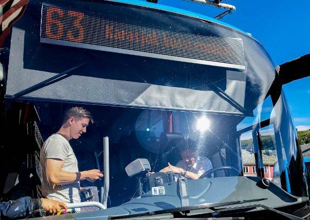 KOSTBART: Innsenderen mener finnmarkingene bør slippe dyrere bussbilletter. Arkvibilde av buss i Hammerfest.