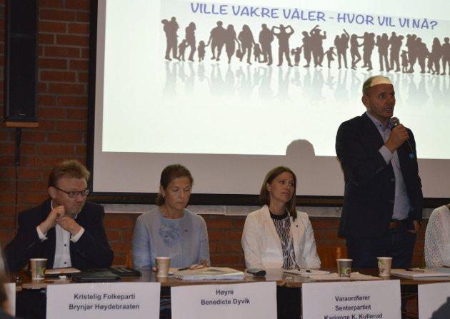 Debatten Over: Her er kommunepolitrikere samlet på folkemøte forå diskutere kommunereform. Nå bør man legge den lokale debatten bak seg, mener Brynjar Høidebraathen i Krf (til venstre i bildet).