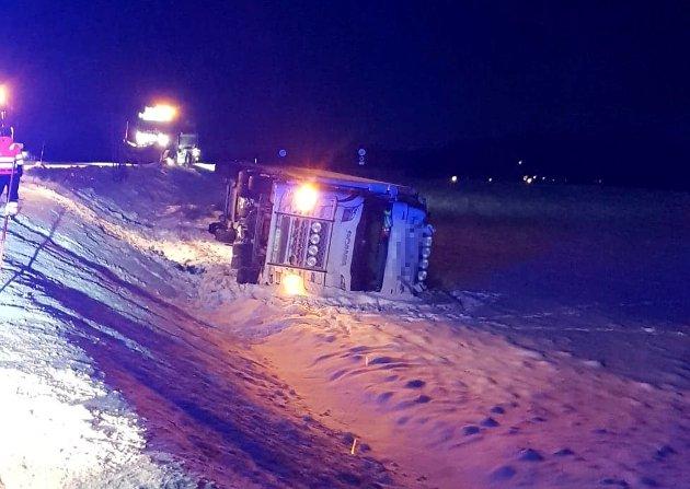 Dette vogntoget var bare ett av flere som fikk problemer på vinterføret på namdalske veger i løpet av ei snau time torsdagkveld. Fylkespolitiker Terje Settenøy etterlyser tiltak.