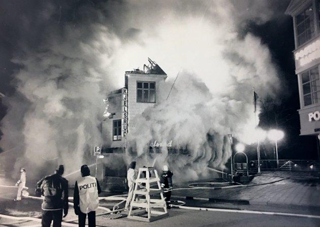 30 år siden: Kjelsrudgården i Gjøvik sentrum(storgata 12) brant ned til grunnen natt til Fredag 22. april 1988. Gården som var ifra ca. 1900 inneholdt Kjeldsrud maufaktur og Toto's Pølsebu. Skadene beløpet seg til flere millioner kroner og  gården var fullverdiforsikret. Brannvesenet fikk melding kl 00.45 og kort tid etter var bygget overtent. Kl 02.00 fikk brannmannskapene kontroll over flammene.