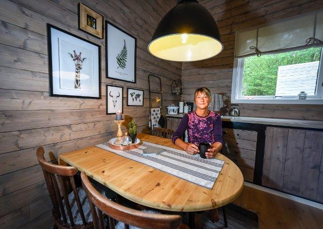 Kari Arntsen har egenhendig bygd sin egen hytte ved Stålfjell i Sverige.