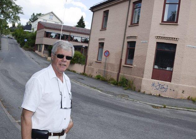Jan Solberg vil bygge ut den gamle handelsskolen. Det har vakt mye debatt.