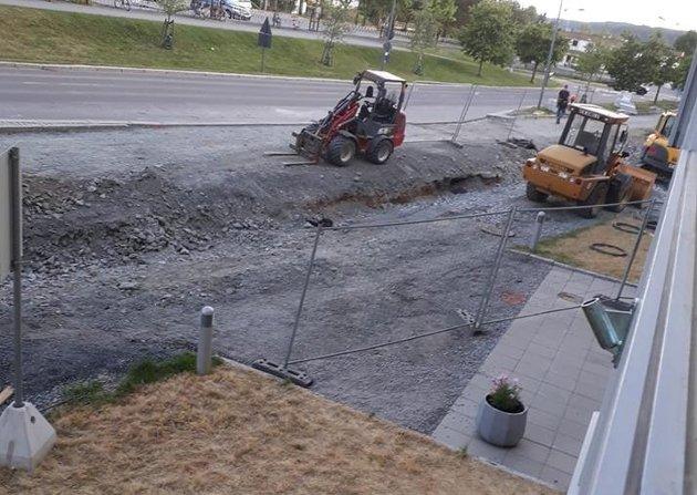– Hvem har ansvaret? Innsenderen frykter for sikkerheten når byggearbeider sperrer veien, som her på Sørumsand.