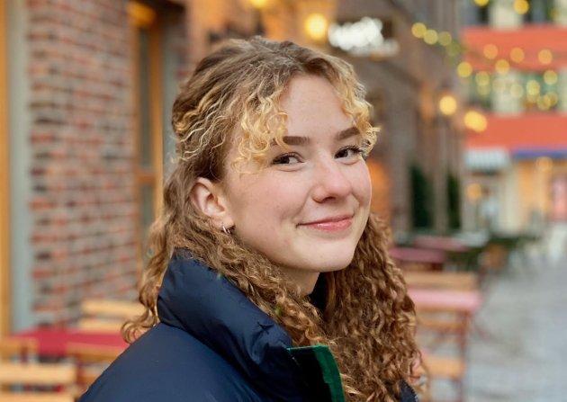 «Særpeungdommen trenger et nytt sted vi kan møtes. Et sted hvor vi føler oss velkomne og trygge og kan henge med venner uten at vi føler oss overvåket. Som ungdom i Sarpsborg vet jeg at det ikke er mange plasser ungdom føler vi kan møtes og være sammen i det offentlige», skriver Ida-Marie Olsen fra Sandbakken i dette innlegget. (Foto: Privat)