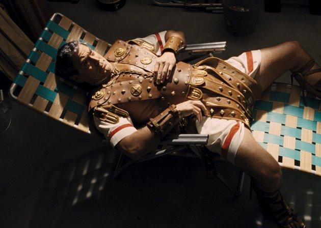 Sigen Cæsar: George Clooney får noe i drinken i «Hail, Caesar!» og må ta telling i en film som ligger litt under vanlig Coen-brødrene nivå. Foto: filmweb.no