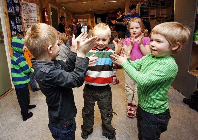 Historisk: Tida med kort skoleuke, kort åpningstid i SFO og sommerstengte barnehager bør være over.
