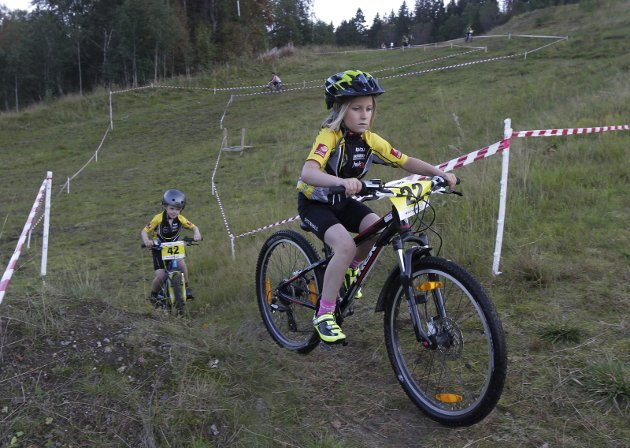 Onsdag arrangerte Mosjøen og Omegn Cycleklubb (MOC) åpent klubbmesterskap terrengsykkel på Kippermoen. Deltakere fra Sandnessjøen og Bodø. Her er Sara Opland foran Oscar Torsetnes, begge MOC. Bilder: Per Vikan
