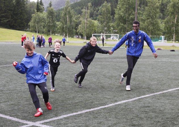 Helgelendingen Fotballskole 2019. Startet mandag 24. juni. Josh (Mahammond Ganamo) lekte sisten med sine gutter.