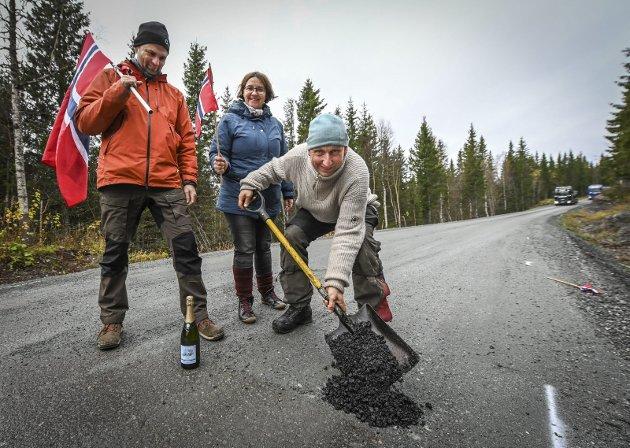 Aksjon: Ørjan Ravnåmo legger siste delen av asfalt på veien. Per Arne Granlund og Eva Payerl i aksjonsgruppa følger med.