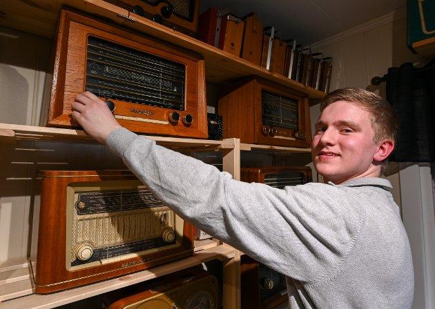 Erling Johan Kristensen samler på gamle radioer og har 3-400 Radionette, Kurer  og Tandberg radioer og gamle kabinetter.