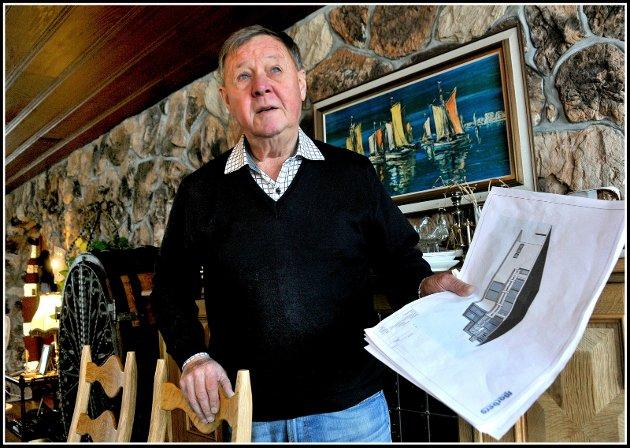 Jan Dirik Hermansen i Nøtteveien, fyller 80 år, her i stua