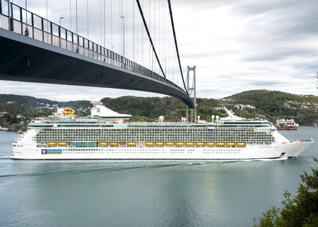 CRUISEGIGANT: Independence of the Seas er det største cruiseskipet som har besøkt Bergen. Her passerer det under Askøybroen.FOTO: Tom GulBrandsen