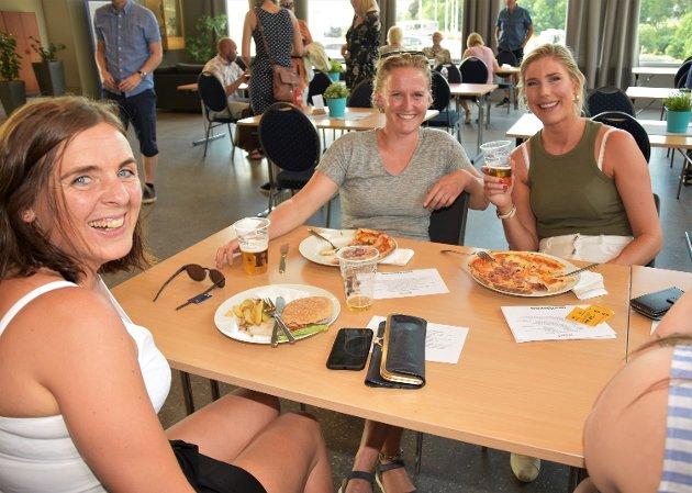 LUFTET SEG: Disse jentene fra hjemmesykepleien var på sommershow, og tok seg en matbit i kroa på forhånd. Fra v.: Turid Sterkeby Ellingsen, Sidse Strand og Linda Maier.