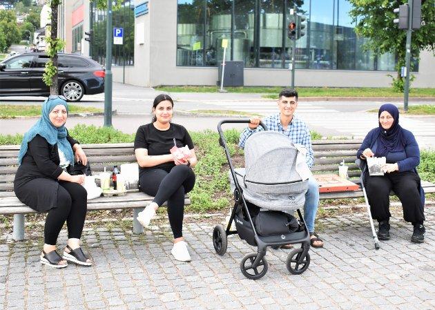 Kawsar Mahmoudi (nummer to fra venstre) og Awat Peyghambernejad (med vogna) ble foreldre for to uker siden til lille Oscar Peyghambernejad i vogna. Lørdag satt de på elvepromenaden og koste seg med mat i sola sammen med Monira Peyghambernejad (til venstre) og Iran Abdullazadh (til høyre).