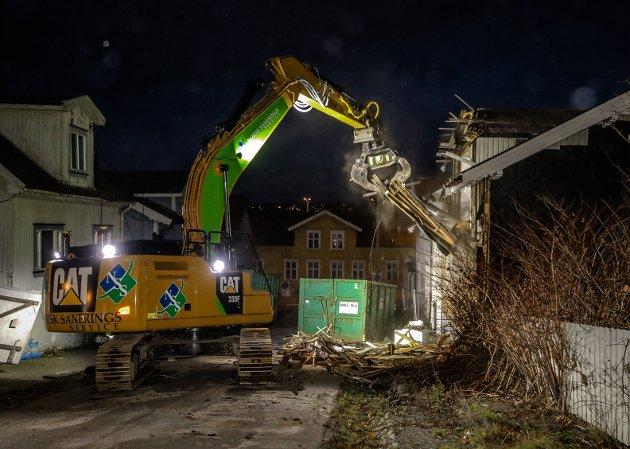 IGANG: Rivingen av Nyquistbyen har startet. Første hus var Øvre Tvergate 4.