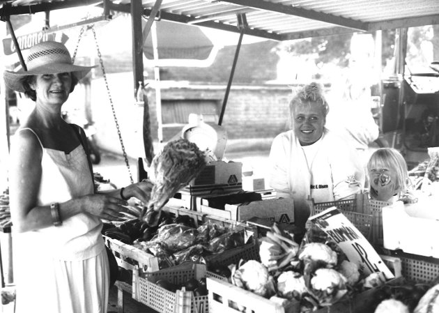 Torvet i Moss. Bildet er trolig fra 1990. Grønnsaksutsalg fra Arnt E . Olsen på torget ved kirken.