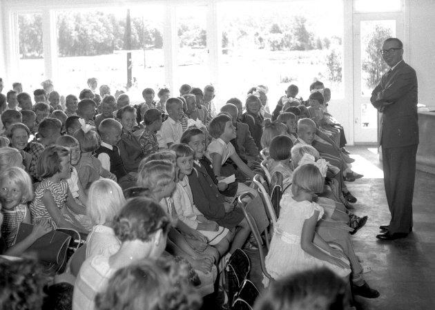 Høsten 1958: Vesterøy skole ble innviet. Skolesjef Torsten Bjarvin