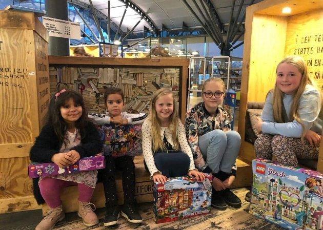 UNGE BYUTVIKLERE: Vinnerne av legokonkurransen (fra venstre): Solei Dieyna Ba (7 år), Zine Alexandra Diaz (6 år), Linnea Bringslid (8 år), Emilie Holth Solberg (10 år) og Maja Andersen Holtan (10 år).