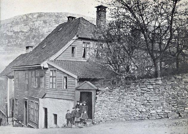 – Viktig: I dette huset øverst i Cort Piil-smauet vokste Amalie Skram opp, og her ble blant annet Hellemyrsfolket skapt. – Det er nærmest en fornærmelse mot bergensere  å antyde at du ikke har lest den. Og du har en godbit i vente, skriver innleggsforfatteren. Foto: Fotomuseum Bergen