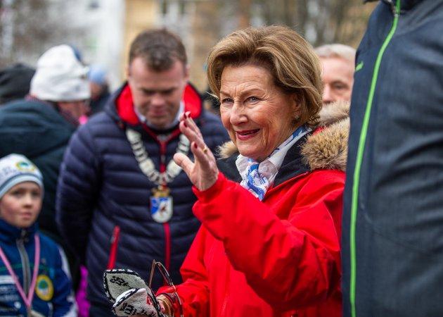 Mange hadde møtt opp til kongeparets besøk i Søndre Park, under 25-års jubileet for OL på Lillehammer lørdag.