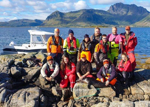 LÆREVILLIG GJENG: Kursdeltakere i en alder fra 18 til 58 år samlet på Gimsøya etter at steinkobbe nummer to ble skutt. Instruktørene var Ivan Kleven fra Fauske (rosa t-skjorte) og Michael Nygaard Rørvik fra Svolvær (stående lengst til venstre).