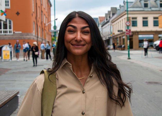 Sentrumsleder Shilan Ghadani (31) gleder seg til de fyrer i gang sommerfestivalen TromsøTid i sentrum. Det er det de neste seks ukene brukes til. - Det er første gang turistnæringen og industrinæringen i sentrum har slått seg sammen, så nå er alle med på en skikkelig folkefest.