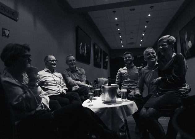 Anne Berit, Cathrine, Tom, Frode, Toril, Johannes og Kjell Ivar har samlet seg rundt et bord og er klare for jam i alle sjangre.