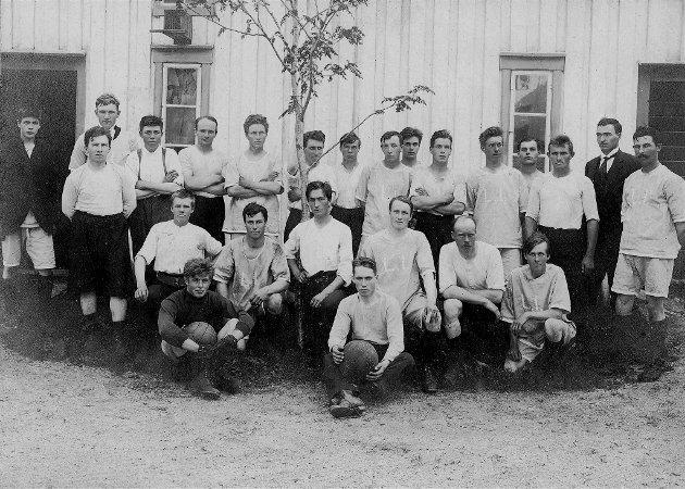 Nesna Idrettslag ble stiftet 31. januar i 1921.  Bildet er tatt ved Lurøygården i 1920, i forbindelse med en kamp mot Lurøy.