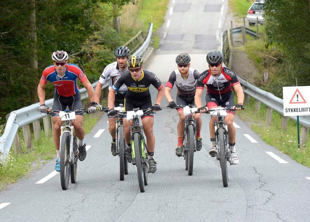 Ved Aasrum sees tetgruppen fra venstre: Torjus Bern Hansen(11) Christian Amdahl (12) , Ken Levi Eikeland (16), Per Kristian Kirkhus (1) og Marius Blålid (8)
