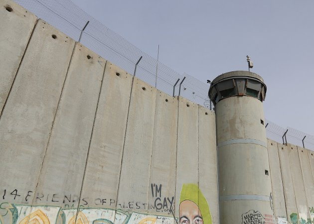 MIDTØSTEN: kelig beskrives som annet enn forståelig at mer enn 50 år med okkupasjon fører til frustrasjon, sinne og avmakt hos palestinerne. Muren som Israel har bygget opp på Vestbredden splitter palestinske familier, skiller venner fra hverandre og hindrer palestinere i å dra på skole, jobb og sykehus, skriver Kerim Jaber.