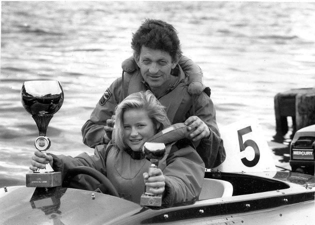 29. september 1989:                                            Marit og Leif Strømøy har gjort det skarp i år.                                                                                             Far  (43 år) og datter (13 år) har gjort det skarp på vannet i sommer, Det er 30 års aldersforskjell. Marit vant sist helg sin Klasse i Tvedestrand  i V 15 opptil 15 hester i outbord`en og V formet skrag. Leif kjører katamaran Formel 3 med motor til 120 hester og har deltatt i Tvedestrand  og Arendal i sommer, med totalseier i Arendal. Bildet: Marit og Leif Strømøy storkoser seg i båt sammen, her med pokalen fra i sommer.