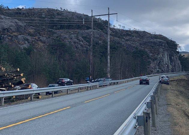RISIKABEL FERDSEL: Biler parkert langs veibanen i 80-sonen over Botsheia har vært et problem siden Ryfast åpnet og byfolk strømmet til området for å gå tur.