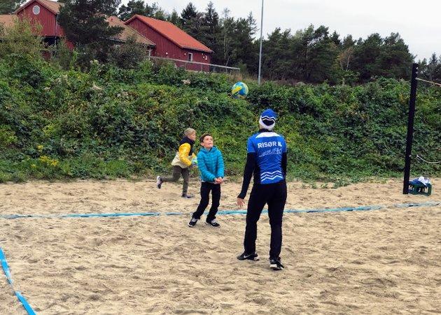 Volleyball var en av idrettene man kunne prøve. Her lærer Erik serve-teknikk av Viktor.