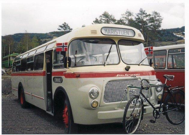 Denne bussen står i Lærdal og var den første Rutehistorisk forening avd. Sogn og Fjordane restaurerte. Dette er ein 58-modell og gjekk i rute mellom Lærdal og Gol.