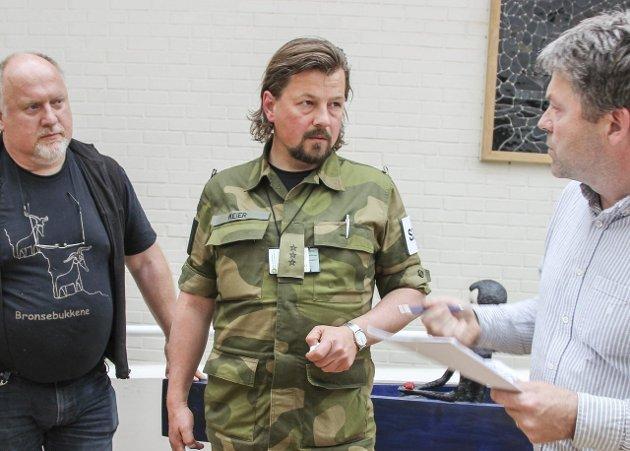 «Stridsdommer»: – Bare Rune Meier (i midten) fra Gran Høyre hadde kostyme, skriver Trygve Brandrud i dette leserbrevet. Arkivfoto: Atle Nielsen