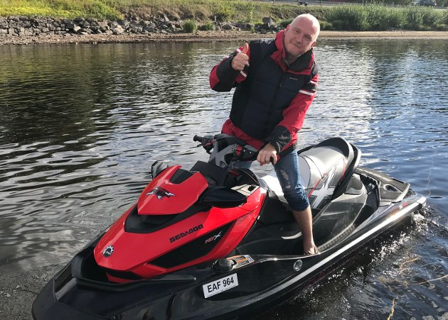 FULGTE KONVOIEN: Per Kristian Haga fra Brandbu fulgte konvoien på vannscooter.