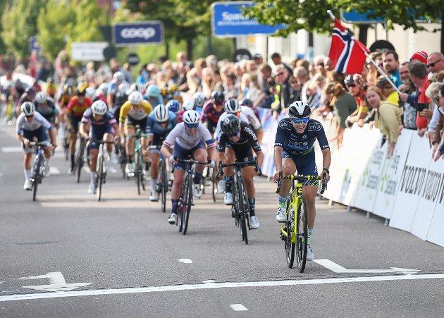 Ladies Tour 2021. Etappevinner Kristin Faulkner holdt så vidt unna for jagende ryttere før målstreken.