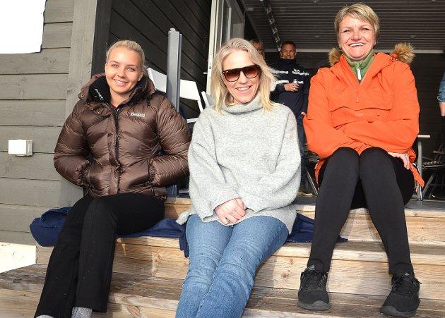 KNALLKONSERT: – Blir garantert en knallkonsert, sier trioen Ida Moe-Gunø (f.v.), Inger-Marie Johnsen og Rainbow-vokalistsamboer Trine Bråthen, som hadde hedersplass på trappen foran hytta til vennen og arrangøren Geir Hagen.