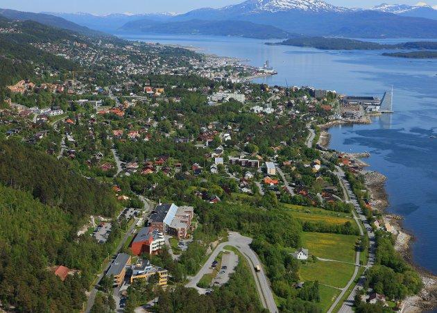 Skulle eit knust Møre og Romsdal reise seg, så blir bitane til eit nytt puslespel. Vinnaren kjem til å vere byen i sør, i nord kan det berre bli betre, men taparen kjem til å vere byen i midten, skriv Terje Albregtsen. (Flyfoto Molde Campus)