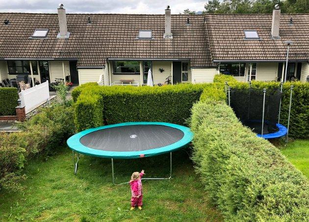 Jeg sitter i sjokk! Nettet er ennå ikke kommet opp, men i diameter tar trampolinen opp store deler av bakhagen! skriver BAs journalist Birgitte Vaksdal.