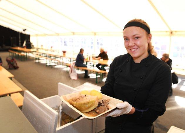 En fårikålfestival må selvsagt servere fårikål. Anne Mathea Morken (18) venter storinnrykk om litt i teltet ved Annis Pølsemakeri.