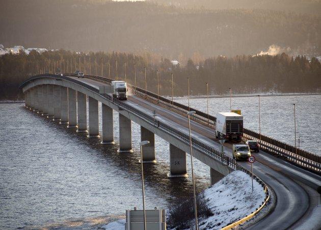 SAMMEN: Tidligere har fylkesgrensa mellom Oppland og Hedmark gått midt på Mjøsbrua. Nå er vil alle en del av Innlandet fylket.Foto: Torbjørn Olsen